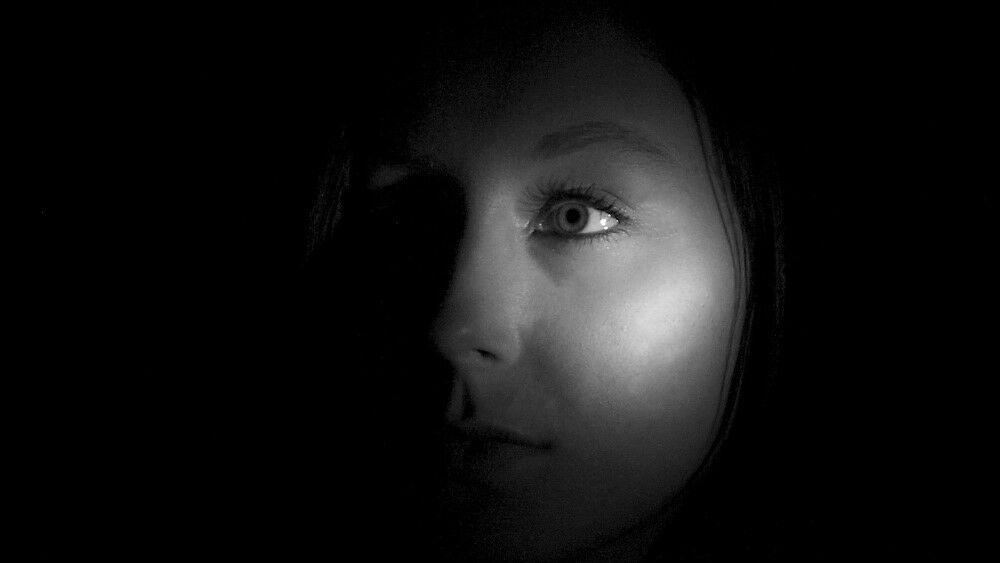 fény és árnyék hatása női arcon