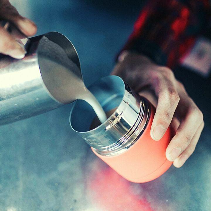 Frank Green kávés temrosz bögre feltöltése tejhabbal